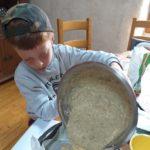 Il verse la pâte dans le moule.