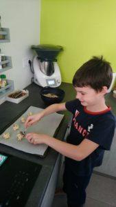 Maël confectionne les cookies.